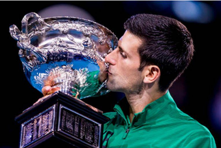 Novak Djokovic sărută trofeul cucerit la Australian Open 2020, al optulea al carierei