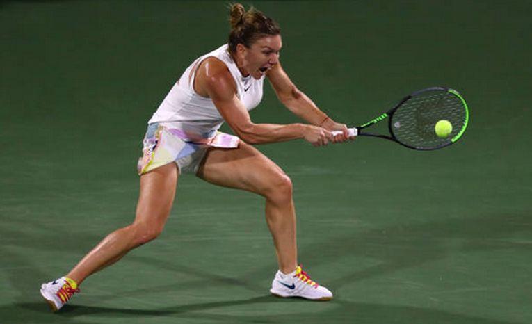 Simona Halep în actiune în timpul meciului din optimile de finală ale turneului WTA de al Dubai 2020