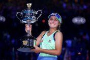 Sofia Kenin cu trofeul cucerit la Australian Open 2020