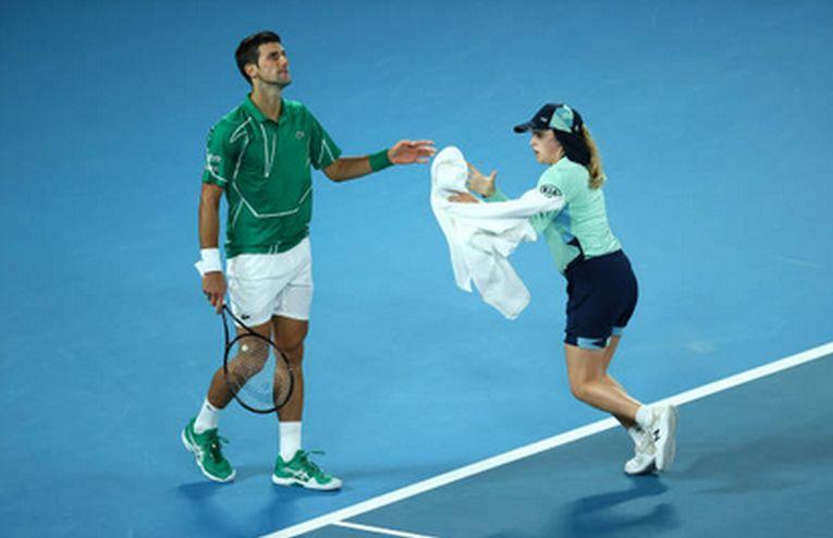 Novak Djokovic primeste un prosop de la un copil de mingi la Australian Open 2020