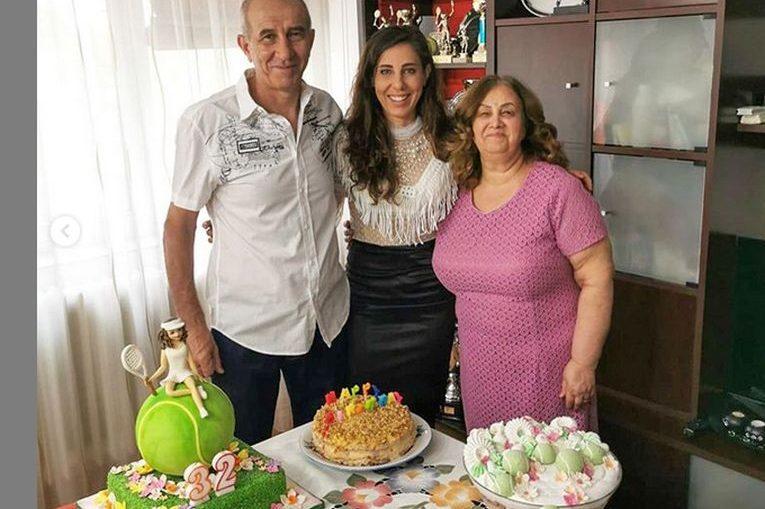 Mihaela Buzărnescu, alături de părinți și de tortul special de ziua ei, la împlinirea a 32 de ani