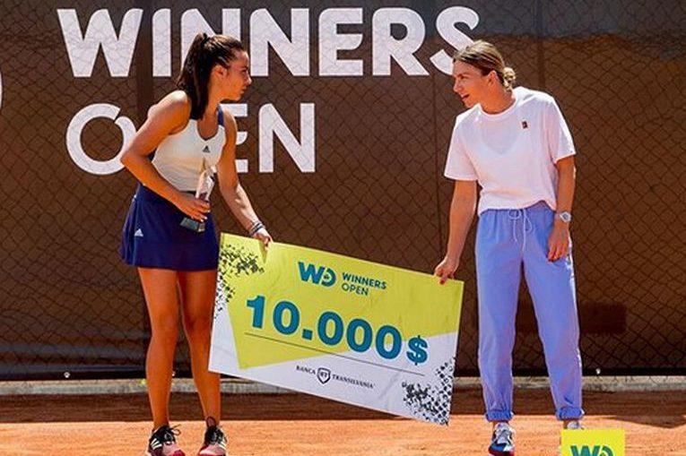 Simona Halep i-a înmânat Gabrielei Ruse cecul de 10.000 de dolari cuveniți campioanei Winners Open