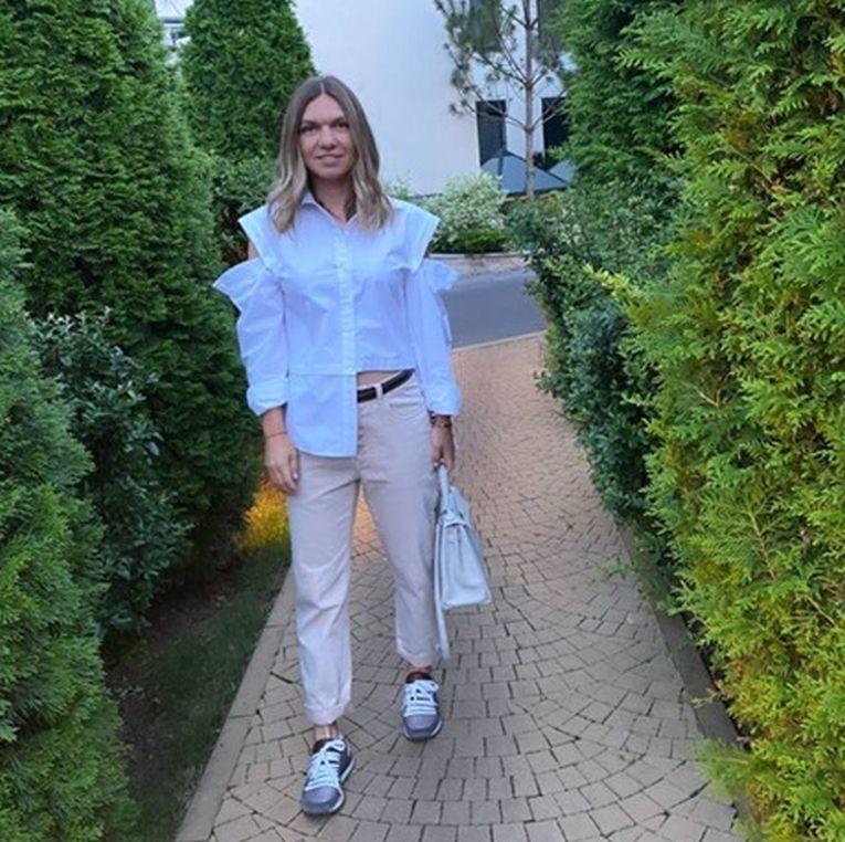 Simona Halep a purtat o cămașă asimetrică de culoare albă