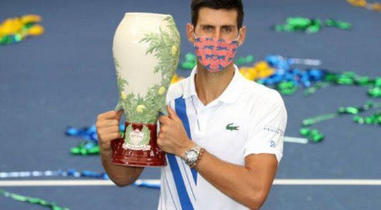 Novak Djokovic, cu trofeul cucerit la Cincinnati, în 2020