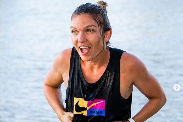Simona Halep, după ce a ieșit din râul Vltava în care a sărit după câștigarea titlului la Praga