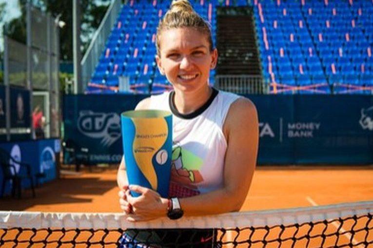 Simona Halep, cu trofeul cucerit la Praga