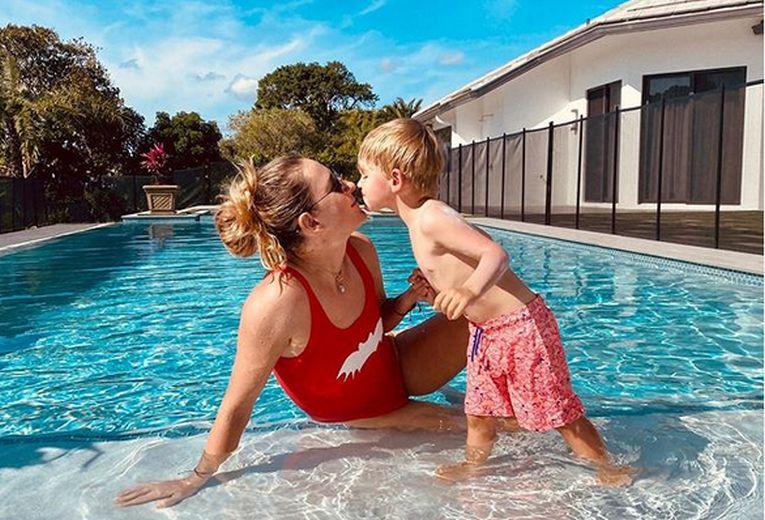 Victoria Azarenka și fiul ei, Leo, la piscină