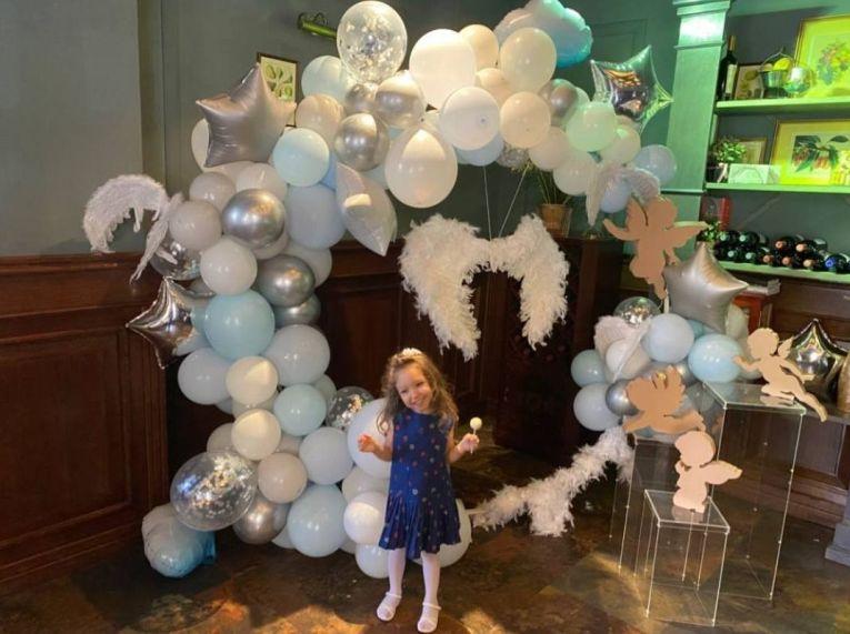 Micuța Tania, încântată de petrecere