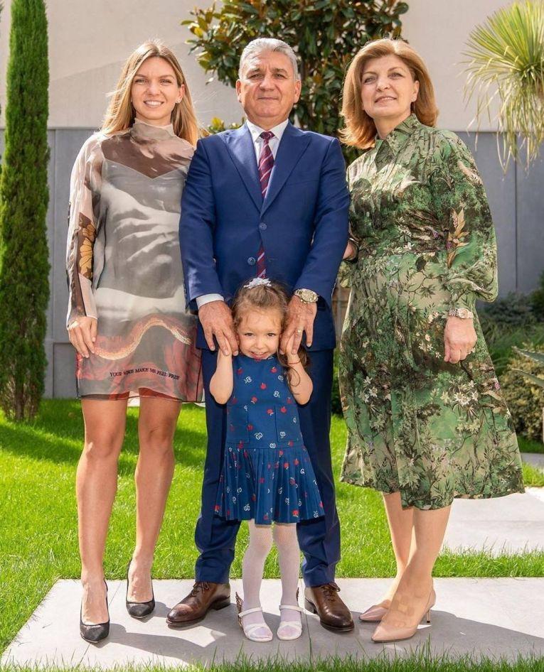 Simona Halep, alături de părinții ei și de micuța Tania