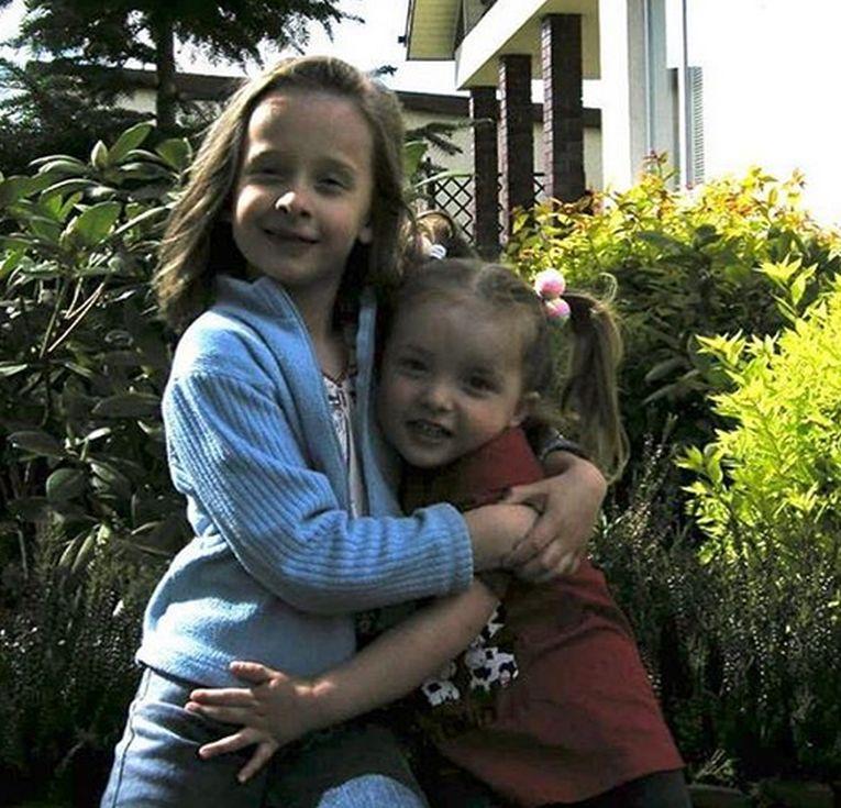 Iga Swiatek pe când avea trei ani, alături de sora ei mai mare