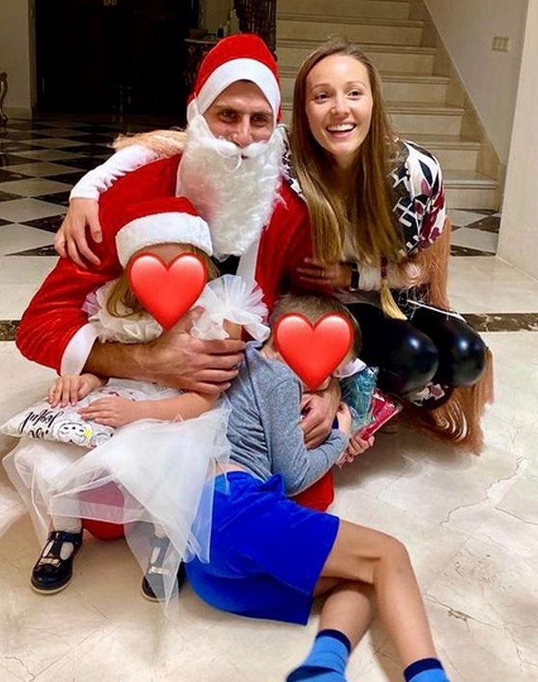 Moș Crăciun Novak Djokovic, alături de Jelena Djokovic și de copiii lor