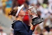 Barbora Krejcikova cu trofeul cucerit în 2021 la Roland Garros