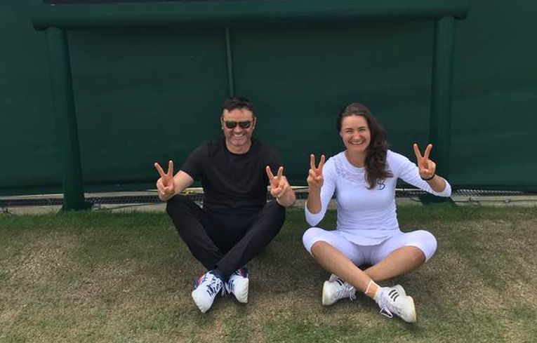 Monica Niculescu și antrenorul ei, Călin Ciorbagiu, după calificarea pe tabloul principal de la Wimbledon