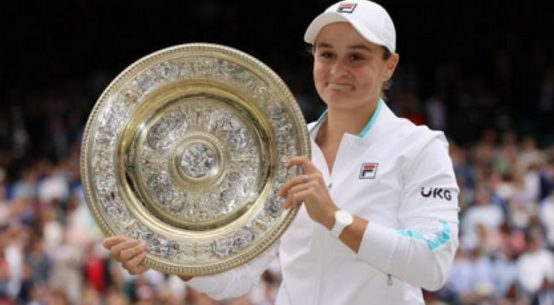 AshleighBarty cu trofeul cucerit la Wimbledon 2021