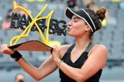Gabriela Ruse, cu trofeul cucerit la turneul WTA de la Hamburg