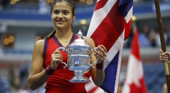 Emma Răducanu, cu trofeul de la US Open 2021