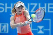 Jucătoaera de tenis din Romania Ana Bogdan, in plină locitură de beckhand intr-un meci disputat la turneul WTA de la Shenzhen din 2018