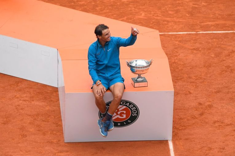 Rafael Nadal si trofeul cucerit la Roland Garros 2018