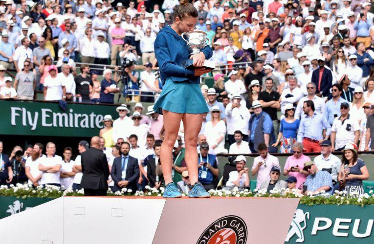 Simona Halep cu trofeul de la Roland Garros 2018
