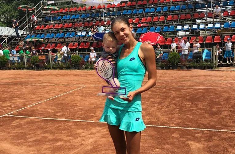 Andreea Mitu si fiul ei Adam dupa victoria de la turneul ITF de la Focsani