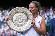Angelique Kerber cu trofeul cucerit la Wimbledon 2018