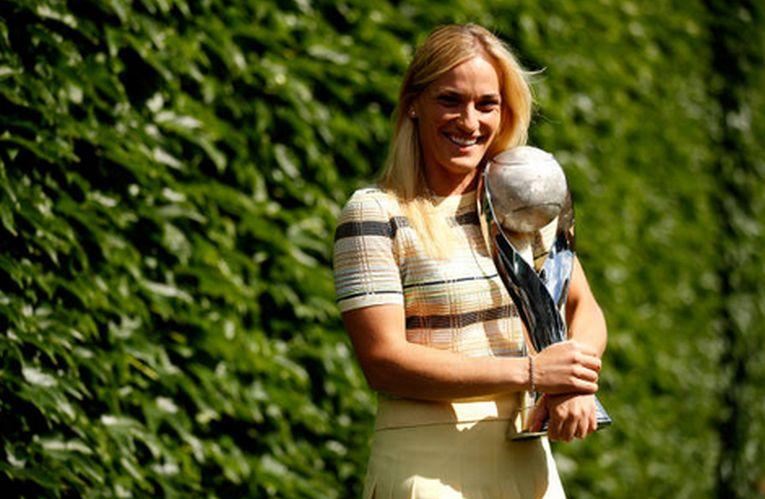 Timea Babos cu trofeul acordat liderului mondial WTA la dublu