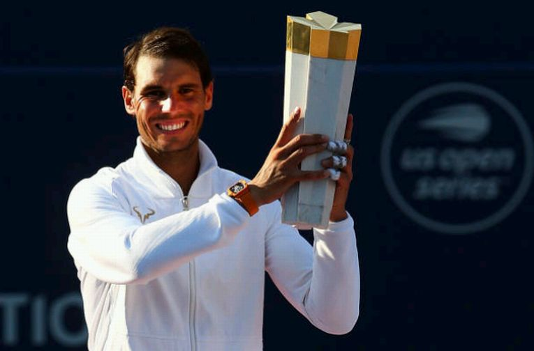 Rafael Nadal cu trofeul de la Toronto 2018