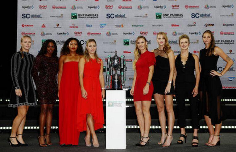 In rochii de seara elegante, cele 8 jucatoare de la Turneul Campioanelor, pozeaza langa trofeul cu care doar una va pleca acasa
