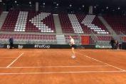 Simona halep, în timpul primului antrenament efectuat pe zgura arenei din Rouen, unde se va juca semifinala de Fed Cup Franța - România