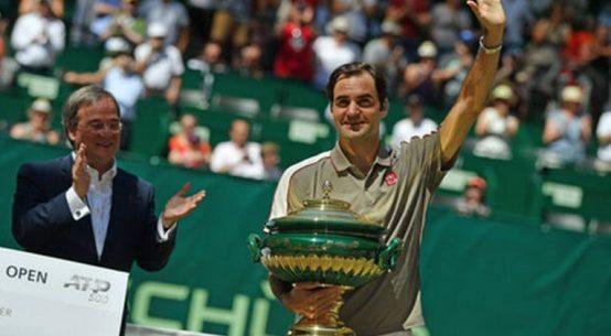 Roger Federer, cu trofeul cucerit la Halle