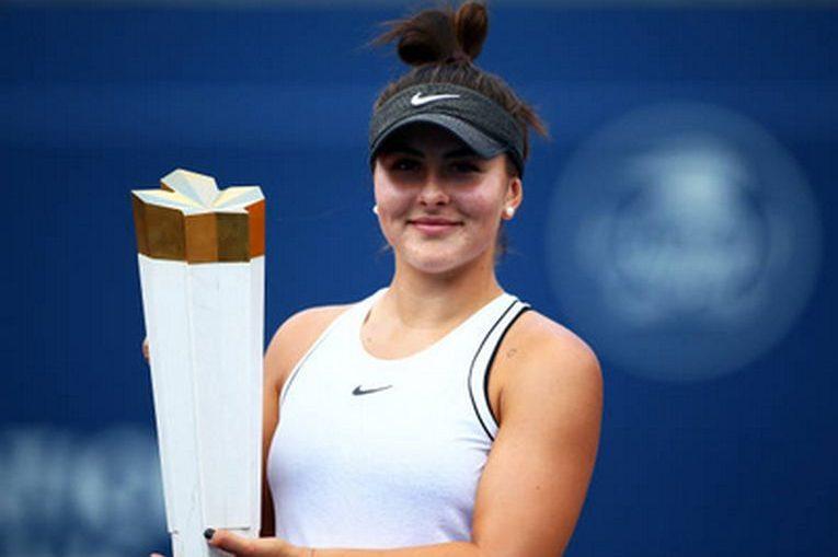 Bianca Andreescu cu trofeul cucerit la Toronto, la Rogers Cup 2019