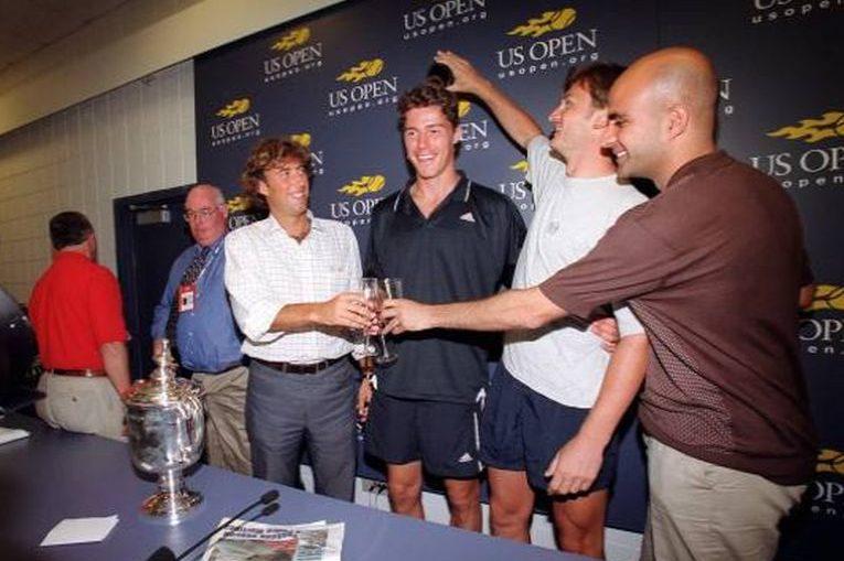 Alexander Volkov ii toarnă sampanie în cap lui Marat Safin, pe care l-a antrenat la victoria de la US Open 2000 si atunci cand era lider mondial ATP