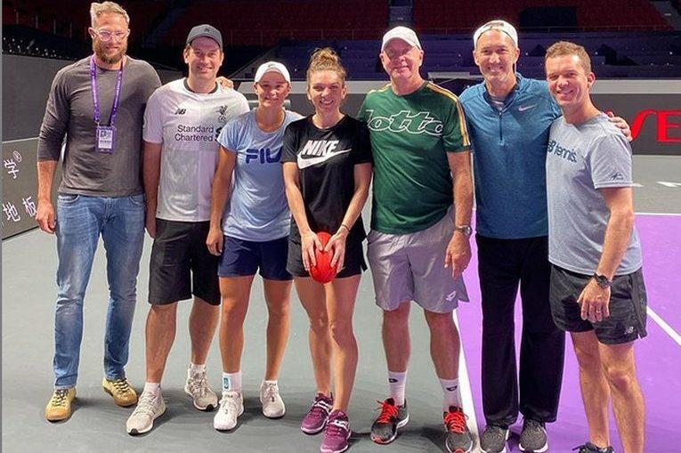 Simona Halep, în mijlocul a șase australieni, la finalul antrenamentului cu Ashleigh Barty de la Turneul Campioanelor 2019