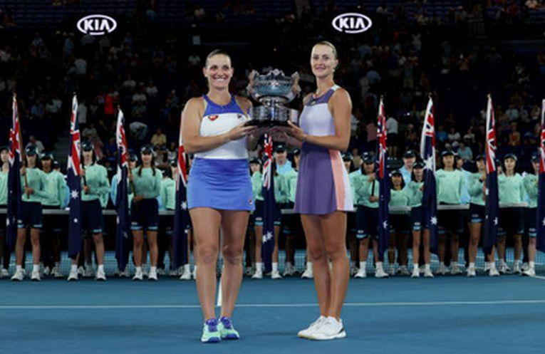 Kristina Mladenovic si Timea Babos, cu trofeul cucerit in proba de dublu feminin de la Australian Open 2020