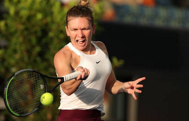 Simona Halep loveste cu reverul în timpul meciului din turul secund al turneul wta de la Adelaide 2020