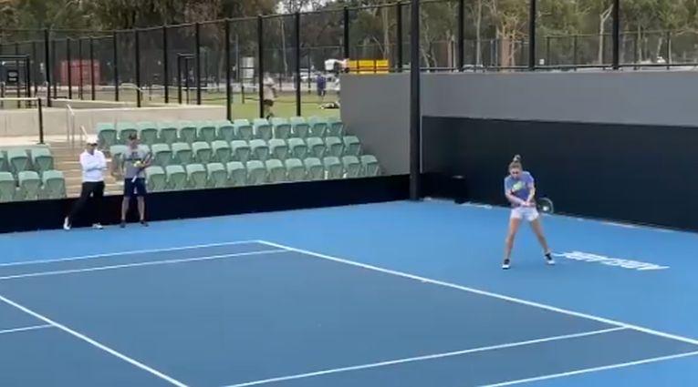 Simona Halep se antrenează la Adelaide, în Australia, sub privirile antrenorului său, Darren Cahill