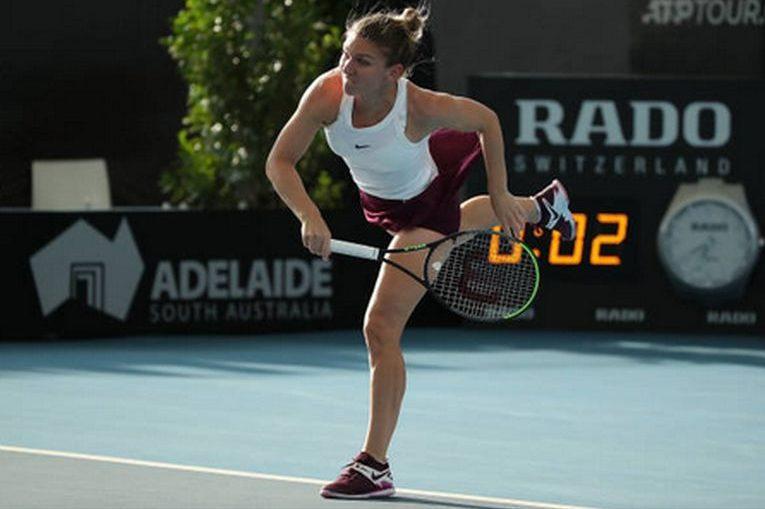 Simona Halep la serviciu în timpul meciului din turul secund al turneului WTA de la Adelaide 2020