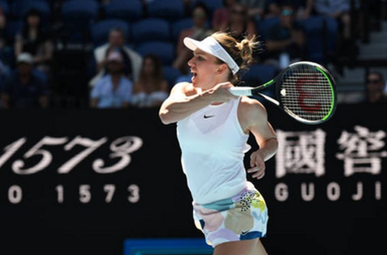 Simona Halep urmareste mingea cu privirea după o lovitură de dreapta trimisă în timpul meciului din optimile de finală ale Australian Open 2020
