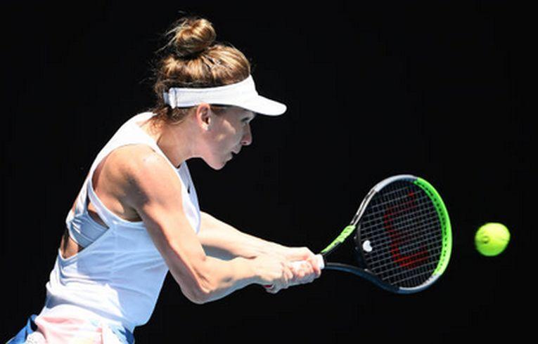 Simona Halep în plină acțiune în timpul meciului câștigat cu Elise Mertens, în optimile de finală ale Australian Open 2020