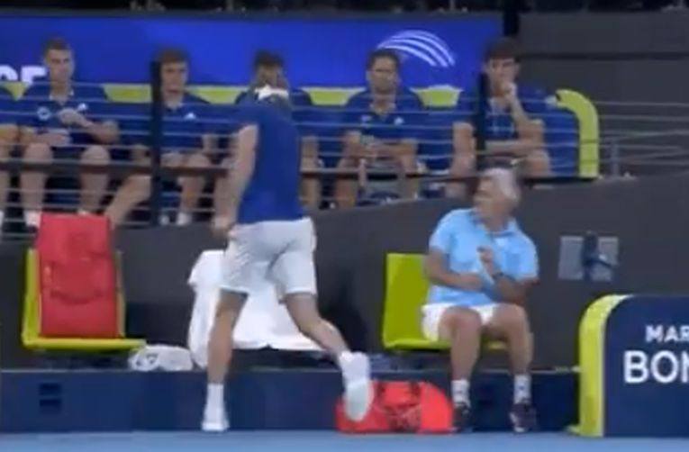 Momentul în care grecul Stefanos Tsitsipas isi loveste tatăl cu racheta la ATP Cup 2020