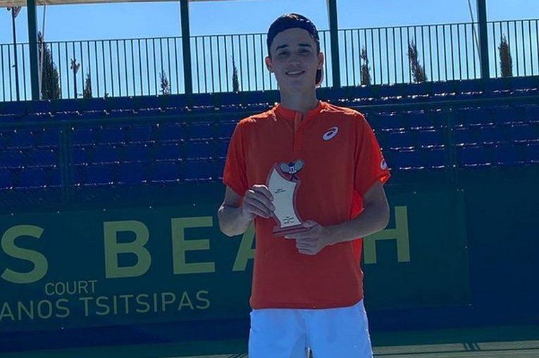 Nicholas David Ionel, cu trofeul cucerit la turneul ITF de la Heraklion