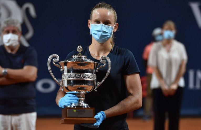 Fiona Ferro cu trofeul cucerit la Palermo, dar și cu mască și mănuși din cauza pandemiei