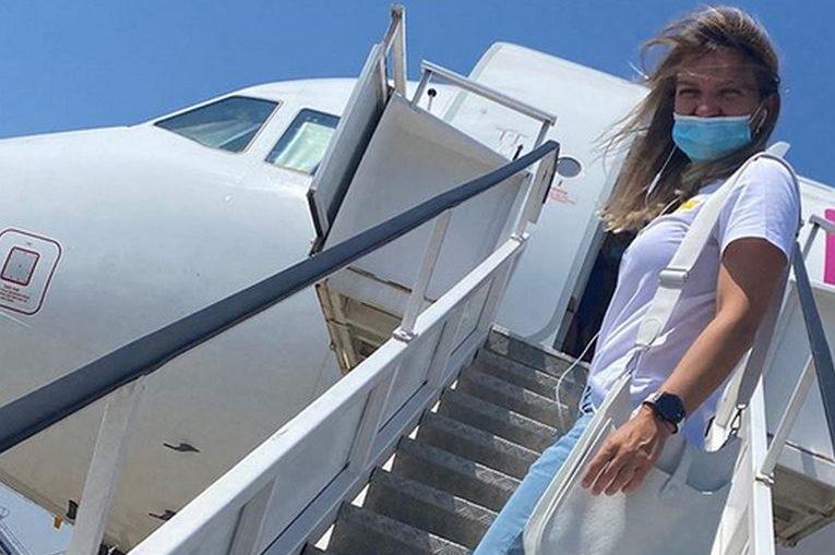 Simona Halep, pe scara avionului, inaintea plecării spre Praga