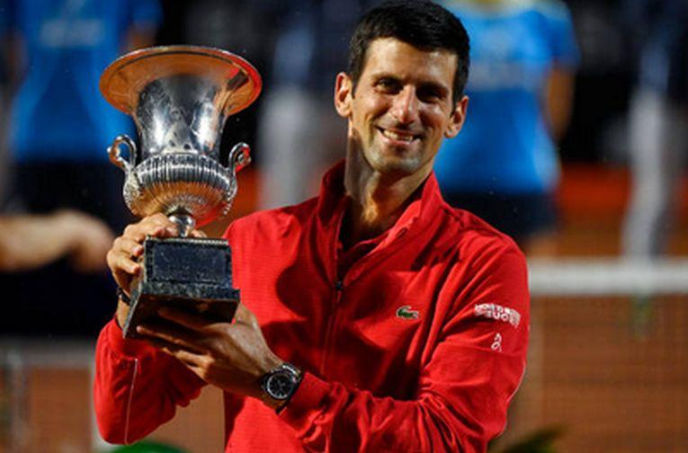 Novak Djokovic, cu trofeul cucerit pentru a cincea oară la Roma