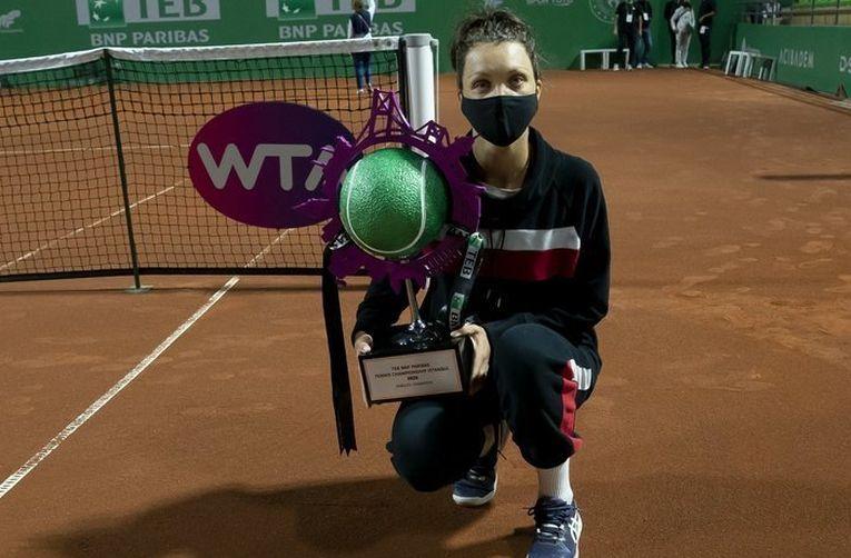 Patricia Țig cu trofeul cucerit la Istanbul