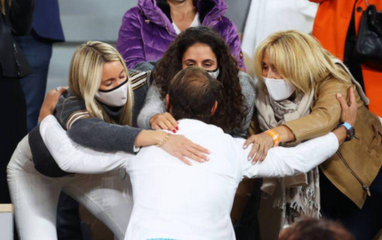 Sora, soția și mama lui Rafael Nadal, îl îmbrățișează pe spaniol după cucerirea celui de-al 13-lea titlu la Roland Garros