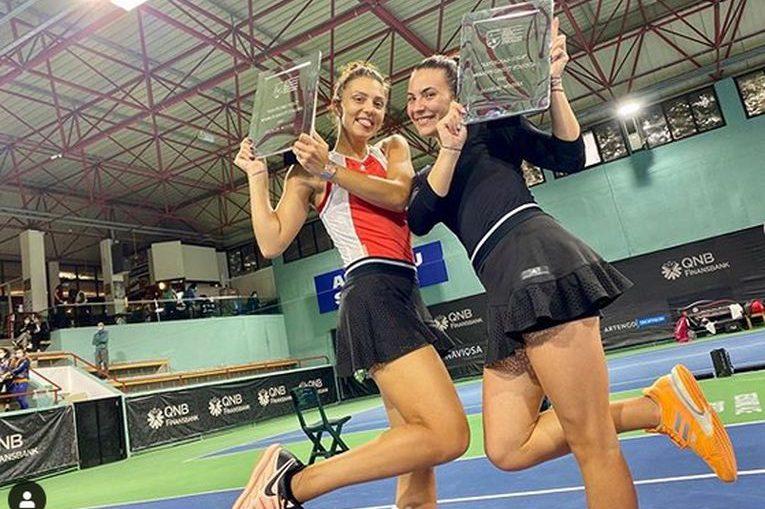 Jaqueline Cristian și Gabriela Ruse, cu trofeul cucerit la turneul ITF de la Istanbul