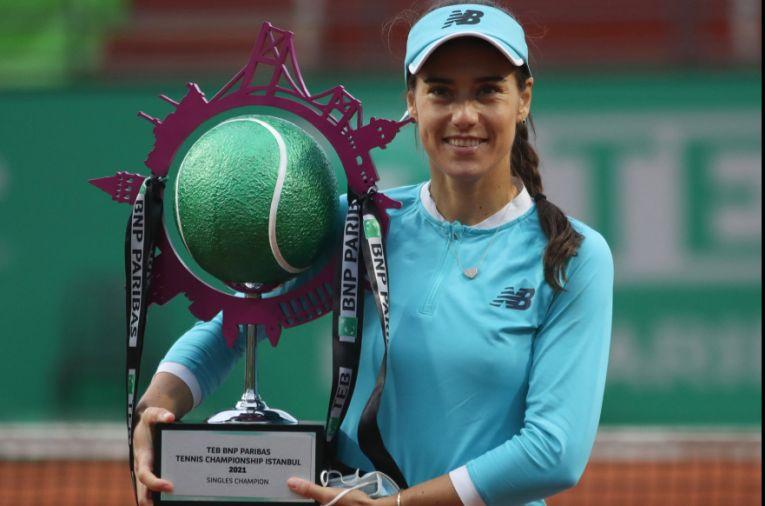 Sorana Cîrstea, cu trofeul cucerit la Istanbul, în 2021