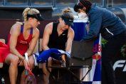 Simona Halep primește îngrijiri sub privirile îngrijorate ale lui Angelique Kerber